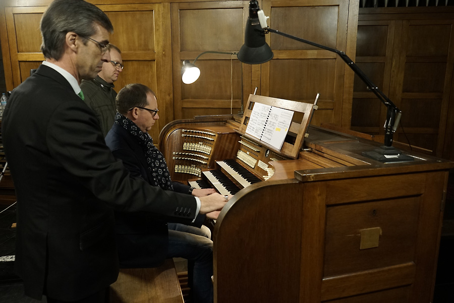 Peter Van de Velde at the organ, assisted by Geert Huylebroeck and Jan Noordzij